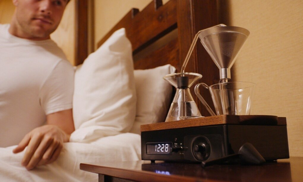 Deze wekker die koffie zet is alles wat je s ochtends nodig hebt thumb
