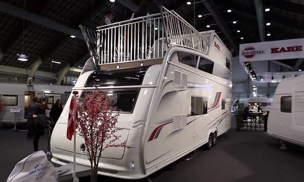 Deze next level caravan heeft twee verdiepingen en een dakterras