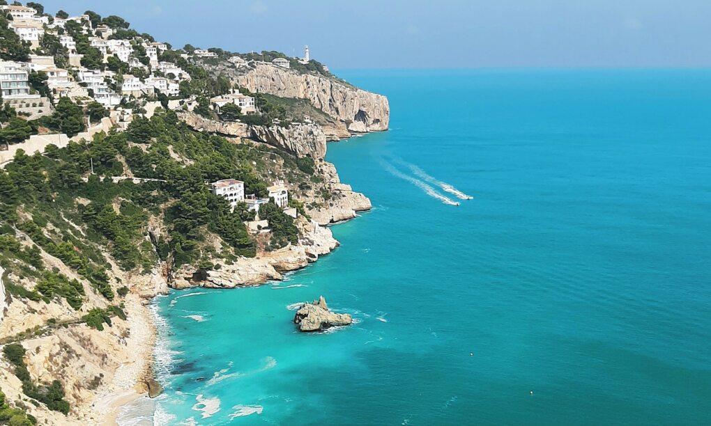 De mooiste baaitjes en stranden vind je gewoon aan de Spaanse Costa Blanca featured