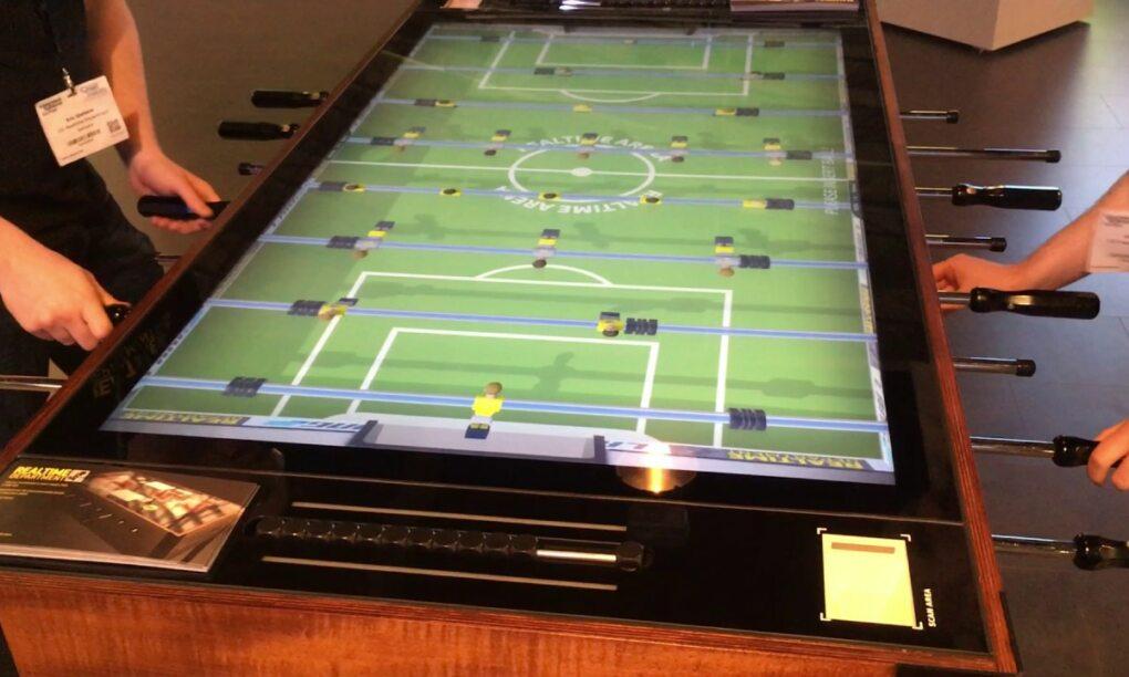 Een must have voor elk kantoor Deze interactieve voetbaltafel met 4K display