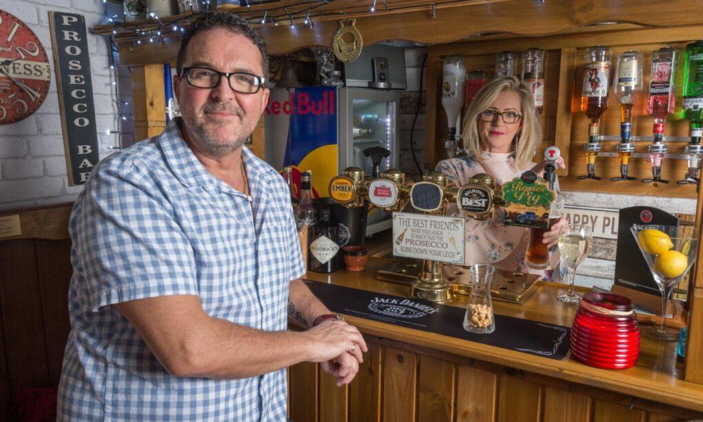 Deze vrouw bouwt een pub in de achtertuin zodat haar man weer eens thuis is