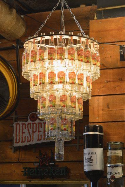 Deze kroonluchter gemaakt van bierflesjes is de bekroning op elke mancave