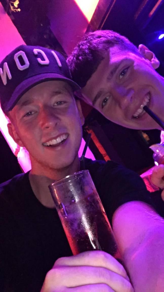 Twee vrienden eindigen na klein drankje op een impulsieve vakantie naar Ibiza3